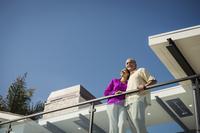 遠くを見る外国人のシニア夫婦