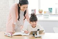 娘の勉強を見る母親