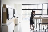 タブレットを利用するビジネス女性