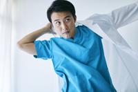 白衣を着る日本人医師