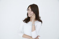携帯電話で話す若い日本人女性