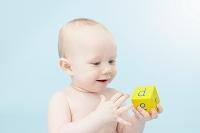 アルファベットキューブを見つめる赤ちゃん