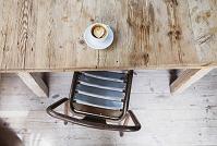 コーヒーテーブルの上のラテアート
