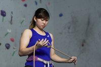 ロープを結ぶ日本人クライミング選手