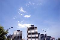 青空と住宅街のマンション群