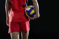 バレーボールを持った女子選手