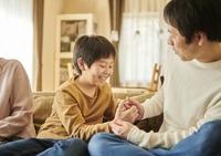 指相撲で遊ぶ日本人親子