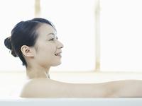 バスルームで入浴中の女性の横顔アップ