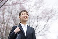 桜並木の前で微笑むフレッシャーズ