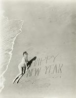 砂浜に文字を書いた外国人女性