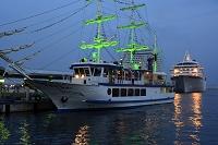 夜景の神戸港に観光船と飛鳥Ⅱが停泊