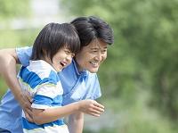 笑顔の父と子