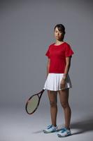 ラケットを持つテニスプレーヤー