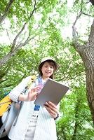 タブレットを持つ日本人女性