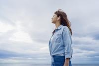 海岸で音楽を聴く日本人女性