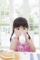 牛乳を飲む日本人の女の子