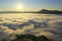 北海道 日の出と霧に覆われた摩周湖と摩周岳