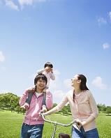 肩車をして笑い合う日本人家族