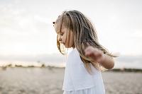 浜辺で遊ぶ女の子