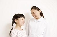 白背景・子供と看護師上半身6