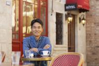 カフェで寛ぐ中年男性