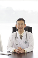 優しい笑顔の医師
