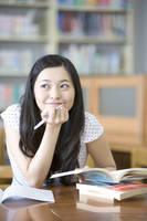 勉強する女子大生