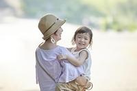 母親に抱っこされる日本人の女の子