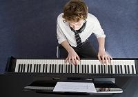 ピアノを弾く高校生