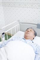 ベッドで眠る患者