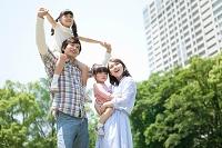 遠くを見ている笑顔の日本人家族