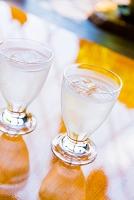 飲み物 氷の入ったグラスの水