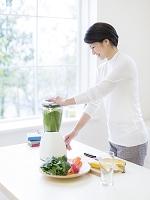 野菜ジュースを作る日本人女性