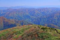 福井県 荒島岳の山陵と御嶽山遠望(中央奥)