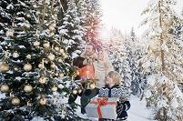 クリスマスツリーを見る家族