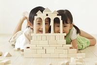 積み木で遊ぶ男の子と女の子