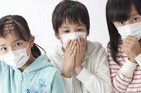 マスクをして風邪の症状の日本人の子供たち