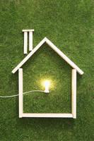 木枠の家と電球