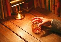 ウイスキーグラスを持つ手