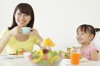 朝食を食べる女の子とお母さん