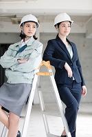 脚立にもたれる日本人女性