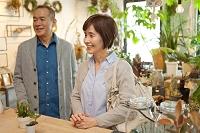 花屋でショッピングをする日本人シニア夫婦