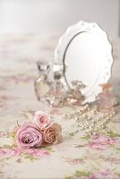 バラの花と鏡と化粧品