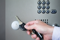 鍵を開ける手元