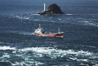 海峡を航行する船