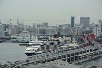 兵庫県 市役所展望台からクイ-ン・エリザベス神戸港に停泊