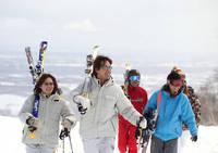 スキー板をかつぐスキーヤー