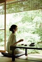 庭を眺める日本人女性