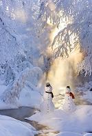 冬の小川と雪だるまのカップル