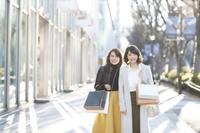 ショッピングする日本人女性